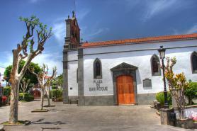 Firgas a náměstí Plaza de San Roque s kostelem