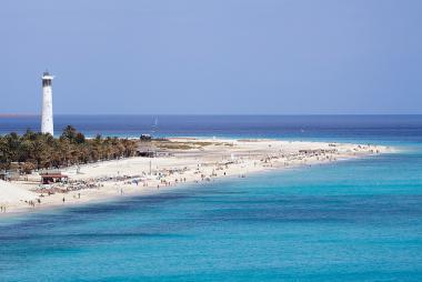 Pohled na pláž Playa de Morro Jable s majákem, Fuerteventura
